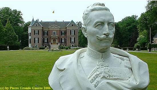 Wilhelm voor zijn Huis Doorn